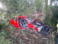 Die Beifahrertüre wurde mit hydraulischem Rettungsgerät geöffnet. Bild: Feuerwehr