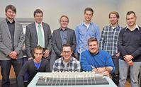 Prof. Christoph Schäfer und Michael Hoffmann (Zweiter und Dritter von links) mit Studierenden der Un Quelle: Uni Trier (idw)