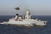 Die Fregatte F 221 Hessen auf See während der EU MC Away Days in Zeebrügge. Die Fregatte Hessen ist eine Fregatte der Klasse 124. Ein Sea King des Typs MK 41 aus dem Marinefliegergeschwader 5 in Kiel Holtenau.