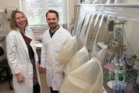 Privatdozentin Dr. Christiane Dahl und Dr. Fabian Grein am Anaerobenzelt im Labor des Instituts Bild: (c) Foto: Barbara Frommann/Uni Bonn (idw)