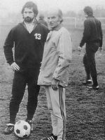 Dettmar Cramer (rechts) 1975 als Trainer des FC Bayern München mit Gerd Müller (links).
