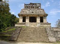 Pyramide in Palenque mit Hahnenkamm auf dem Dach