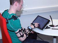 Mithilfe von Probanden werden im Projekt InterHapt Bewegungsabläufe beim Verwenden von Touchscreens erforscht sowie die benötigte Zeit und Fehlerquoten ermittelt.