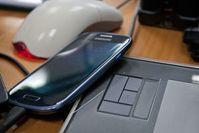 Handy und PC: viel Zeit für Display-Starren. Bild: pixelio.de/J. Brinckheger