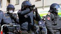 Polizisten in voller Montur, die mit Reizgas auf Regierungskritiker zielen: Ein ebenso eindrückliches wie bedrückendes Zeugnis.