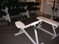 Zwei Hantelbänke im Freihantelbereich eines Fitnessstudios