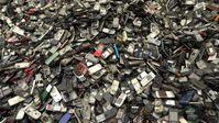 """Immer mehr Handys landen auf dem Müll. / Bild: """"obs/ZDF/Daniel Meinl"""""""
