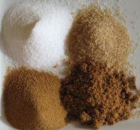 Zucker: Im Urzeigersinn von oben links: Weiser raffiniert, unraffinierter, brauner, unverarbeiteter