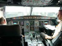 Modernes Cockpit eines Airbus A319 mit zwei Piloten