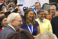 Buffett, Kathy Ireland and Bill Gates at the 2015 Berkshire Hathaway shareholders meeting
