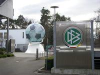 Eingangsbereich des DFB, Otto-Fleck-Schneise 6, 60528 Frankfurt a.M.-Niederrad, unweit der Commerzbank-Arena gelegen.
