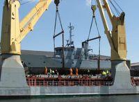 Das Wachboot Bergen wird für den Transport in Hamburg verladen. Bild: Bundeswehr