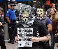 """Anonymous-Aktivisten mit Guy-Fawkes-Masken: """"Die Korrupten fürchten uns, die Ehrlichen unterstützen uns, die Heldenhaften schließen sich uns an."""" Bild: David Shankbone / de.wikipedia.org"""