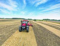 """Mit GPS-unterstützten Spurführungssystemen können Landwirte ihre Schlepper bis auf zwei Zentimeter genau in der Spur halten. Dünger und Pflanzenschutzmittel lassen sich somit sehr exakt ausbringen. Überlappungen beim Überfahren der Felder werden zudem vermieden. Das führt zu spürbaren Energieeinsparungen. Bild: """"obs/Case IH & Steyr"""""""