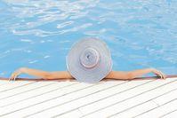 Frau im Schwimmbad (Symbolbild)