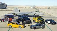 Die Fahrzeugformen der fünf Autobots und zweier Decepticons auf der Holloman Air Force Base: Starscream (F-22 Raptor), Optimus Prime (Peterbilt 379), Ironhide (GMC Topkick), Ratchet (Hummer H2), Barricade (Saleen S281 Mustang), Bumblebee (Chevrolet Camaro) und Jazz (Pontiac Solstice). Bild: Andy Wolfe U.S. Air Force / de.wikipedia.org