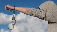 Offene Handschellen (Symbolbild)