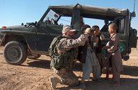Bundeswehrsoldat mit afghanischen Kindern. Bild: PIZ Kunduz
