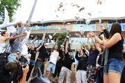 ProWal und WDSF 'verteilen' abgewertete Geldscheine mit SSCS and Women for Whales vor IWC-Hotel
