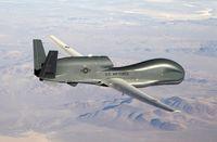 Northrop Grumman RQ-4 Global Hawk ist eine Drohne, die von Northrop Grumman's Ryan Aeronautical Center, San Diego, Kalifornien produziert wird. Als hochfliegendes Langstrecken-Aufklärungsflugzeug ersetzt es derzeit die letzten Versionen des berühmten Aufklärungsflugzeugs U-2.