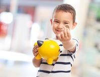 Kinder profitieren in erheblichem Maße davon, wenn man ihnen mit Hilfe einer Spardose das Sparen beibringt. Bild: Asier Romero – 205179259 / Shutterstock.com