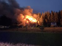 Bei dem Gebäudebrand konnte eine weitere Ausbreitung auf die Nachbargebäude und das angrenzende Waldgebiet erfolgreich verhindert werden. Bild: Feuerwehr Kirchhundem
