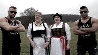 Majoe (rechts) mit Kollegah und Die Götzfried Girls
