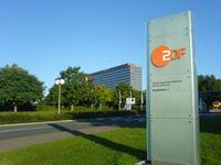 Die ZDF-Zentrale (Verwaltungsgebäude) in Mainz-Lerchenberg. Das Sendezentrum mit dem Fernsehgarten liegt verdeckt dahinter.