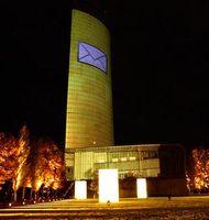 Lichtinstallation am Post Tower zur Feier des millionsten E-Postbrief-Kunden. Bild: Deutsche Post DHL