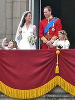 Das Brautpaar auf dem Balkon des Buckingham Palace. Bild: Wo st 01 / de.wikipedia.org
