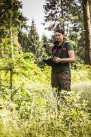 """Dürren, Stürme und Schädlinge haben unseren Wäldern stark zugesetzt. Viele Waldbesucher fragen sich: Was können wir tun? / """"Geht mit Euren Kindern in den Wald! Zeigt ihnen dieses besondere Ökosystem und wie spannend es ist, in ihm zu spielen. Was Eure Kinder kennen, werden sie einmal wertschätzen. Wenn sie dann groß genug sind, werden sie sich für die Erhaltung unserer Wälder interessieren und einsetzen. Zeigt ihnen, was der Wald für uns alle tagtäglich leistet und woher das Holz für die vielen tollen Produkte kommt, die Ihr täglich nutzt."""" Victoria Marks, Niedersächsische Landesforsten, Forstamt Clausthal (Niedersachsen) / Weiterer Text über ots und www.presseportal.de/nr/68401 / Die Verwendung dieses Bildes ist für redaktionelle Zwecke honorarfrei. Veröffentlichung bitte unter Quellenangabe: """"obs/PEFC Deutschland e. V./Niedersächsische Landesforsten"""""""