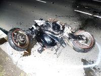 Völlig zerstörtes Motorrad Bild: Polizei