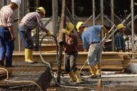 """Unfallgefahren gibt es auch bei Betonierarbeiten, zum Beispiel durch Stolpern oder Anstoßen am hängenden Betonkübel / Die Verwendung dieses Bildes ist für redaktionelle Zwecke honorarfrei. Veröffentlichung bitte unter Quellenangabe: """"obs/Berufsgenossenschaft der Bauwirtschaft"""""""