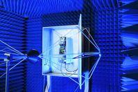 In einer Kammer wird die elektromagnetische Verträglichkeit der Fahrzeugkomponenten gemessen. Quelle: © Fraunhofer IZM (idw)
