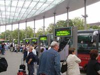 Fernbuss: Bussteig auf dem Zentralen Omnibus-Bahnhof in Hamburg