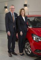 """Gute Nachrichten: GM CEO Mary Barra und Opel Group CEO Dr. Karl-Thomas Neumann vor dem neuen Corsa. Die GM-Chefin kündigt die Produktion eines neuen SUV in Rüsselsheim an. Bild: """"obs/Adam Opel AG/Axel Wierdemann"""""""