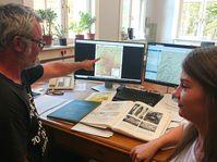 Dr. Gösta Hoffmann und Sabine Kummer von der Universität Bonn vollziehen anhand von archäologischen Publikationen den Verlauf des Eifel-Aquädukts nach. Quelle: © Foto: Eva Heumann-Lange (idw)