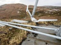 Die kümmerlichen Reste der Rotorblätter und das Getriebegehäuse der Turbine. Bild: Northern Times - EIKE