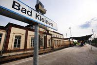 """Der Bahnhof von Bad Kleinen, auf dem am 27. Juni 1993 bei einem Einsatz der GSG 9 die RAF-Terroristen Wolfgang Grams und Birgit Hogefeld festgenommen werden sollten. Bild: """"obs/ZDFinfo/Jens Büttner/dpa"""""""