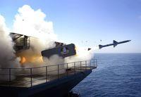 Eine RIM-7 Sea Sparrow Rakete wird während einer Übung an Bord der USS Abraham Lincoln abgefeuert.