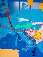 Trajektoren und Abflugorte für die NATO Luftwaffeneinsätze in der Bombardierung Jugoslawiens vom 24. März – 11. Juni 1999. Ausstellungstafel im Militär-Museum in Belgrad.