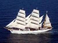 Segelschulschiff der Deutschen Marine unter vollen Segeln in Fahrt