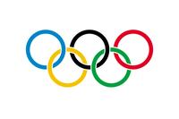 Olympische Flagge mit den fünf Ringen; erstmals verwendet bei den Olympischen Spielen 1920 in Antwerpen