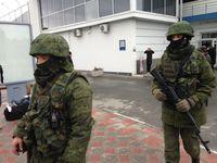 Soldaten ohne Hoheitszeichen am Flughafen Simferopol am 28.Februar 2014