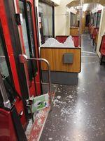 Die zersplitterte Scheibe in der Bahn, durch welche ein Fahrgast stürzte.