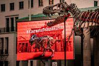 "Mahnwache mit original T-Rex-Skelett vor dem Brandenburger Tor.  Bild: ""obs/Dinosaurier Museum Altmühltal/MANUEL WEIDT"""