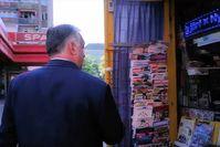 Viktor Orbán ging zum Kiosk, um zu sehen, wie es der ungarischen Presse geht und hat die verlorene Pressefreiheit wiedergefunden Bild: Screenshot Facebook / UM / Eigenes Werk