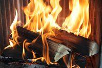 Bildunterschrift: Die richtige Bedienung von Kaminöfen ist entscheidend, um unnötige Emissionen zu vermeiden. Mit neuen Erkenntnissen aus der Forschung klärt das TFZ in Broschüren und Videos auf. Quelle: TFZ (idw)