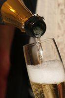 Sekt: Ein Glas schärft den Geruchssinn erheblich. Bild: pixelio.de, Q.pictures