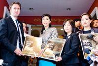 WWF übergibt Petition an Thailands Premierministerin Yingluck Shinawatra. Bild: WWF Thailand